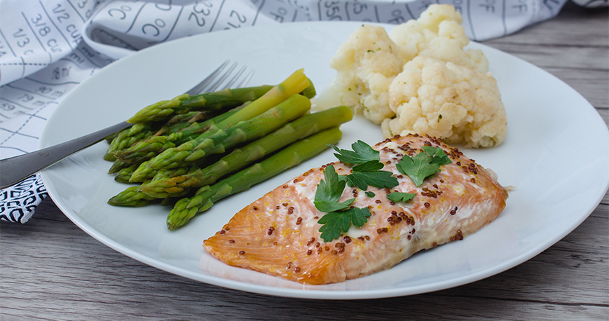 Salmon with asparagus and cauliflower